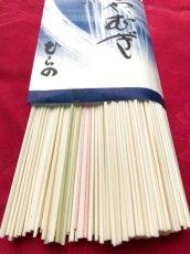 色麺が数本入っている懐かしスタイル(袋によって色麺の本数が変わる場合があります)